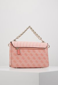 Guess - CANDACE TOP HANDLE FLAP - Bolso de mano - coral - 2