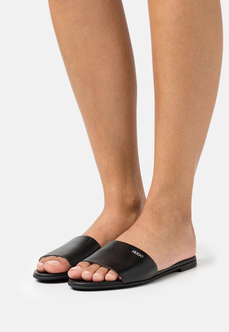 HUGO - MULES REQUEST - Pantofle - black