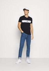 Tommy Hilfiger - NEW LOGO TEE - T-shirt med print - desert sky - 1