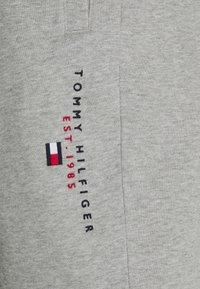 Tommy Hilfiger - ESSENTIAL - Shorts - medium grey heather - 6