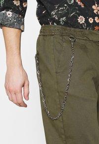Redefined Rebel - LEE CROPPED PANTS - Pantaloni - dark olive - 4