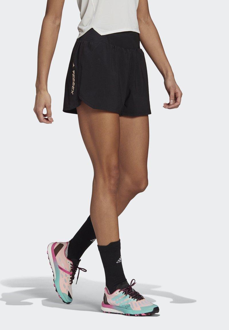 adidas Performance - 3-STRIPES SPORTS LOOSE - T-shirts med print - black/white
