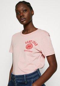 GANT - PEONY LOGO GRAPHIC - T-shirt imprimé - summer rose - 3