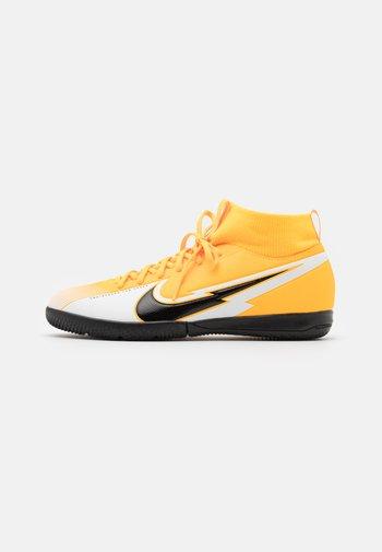 MERCURIAL JR 7 ACADEMY IC UNISEX - Indoor football boots - laser orange/black/white