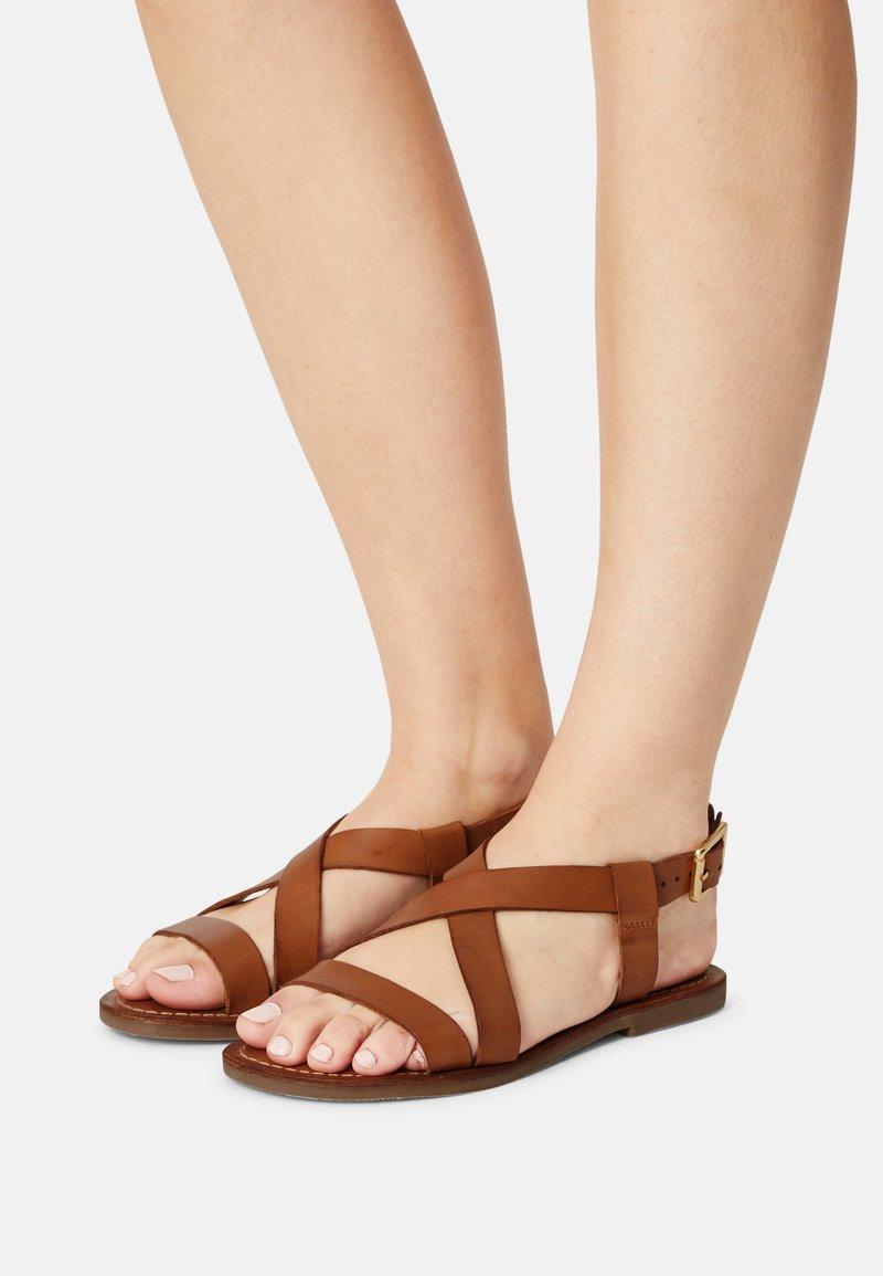 Copenhagen Shoes - MARI - Sandaalit nilkkaremmillä - cognac