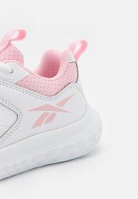 Reebok - RUSH RUNNER 4.0 UNISEX - Zapatillas de running neutras - footwear white/pink glow - 5