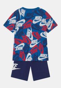 Nike Sportswear - FUTURA TOSS SET  - Camiseta estampada - blue void - 1