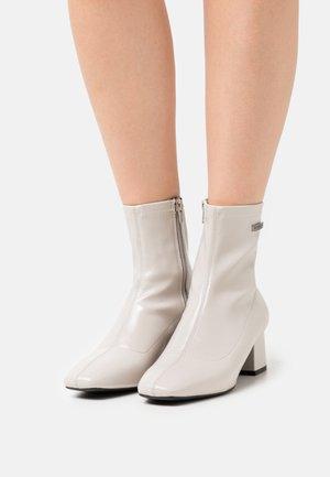 DANIELA - Kotníkové boty - blanc