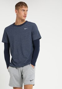 Nike Performance - DRY TEE CREW SOLID - Basic T-shirt - obsidian heather - 0
