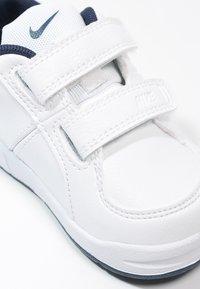 Nike Performance - PICO 4 - Scarpe da fitness - weiß/dunkelblau - 5