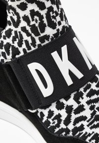 DKNY - COSMOS WEDGE - Høye joggesko - white/black - 2