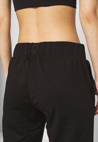 ONLY PLAY Petite - ONPPERFORMANCE ATHL AYN PANT - Leggings - Trousers - black/black & red - 3