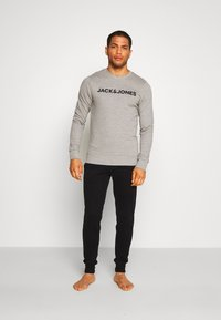 Jack & Jones - JACLOUNGE ONECK - Sweatshirt - light grey melange - 1