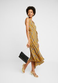 Vince Camuto - HIGHLAND PLAID BELTED DRESS - Hverdagskjoler - honey pot - 2