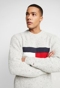 Tommy Jeans - FLAG - Jumper - pale grey heather - 3