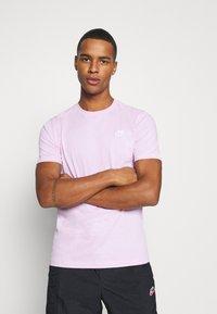Nike Sportswear - CLUB TEE - T-shirt - bas - light arctic pink/white - 0