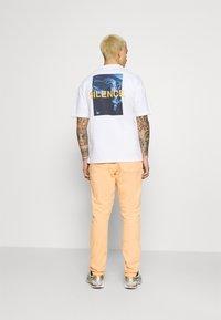 9N1M SENSE - LOGO PANTS UNISEX - Trousers - pantone apricot - 2