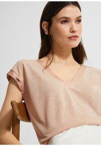 comma - Basic T-shirt - beige - 3