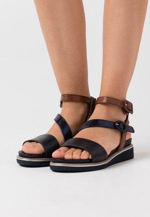 Sandály na platformě - navy/cognac