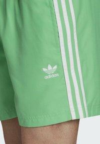 adidas Originals - 3-STRIPES SWIMS ORIGINALS ADICOLOR PRIMEGREEN SWIM SHORTS - Zwemshorts - green - 2