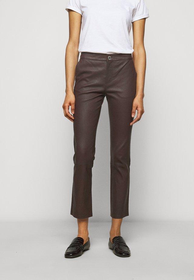 LEYA - Spodnie skórzane - chocolate plum