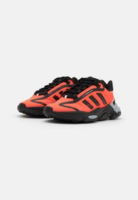 adidas Originals - OZWEEGO BIG LOGO UNISEX - Sneakers - core black/solar red/grey two - 3