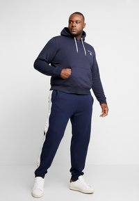 GANT - MEDIUM SHIELD HOODIE - Hoodie - evening blue - 1