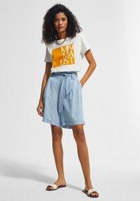 comma casual identity - KURZARM - Print T-shirt - white apricot minimalist - 0