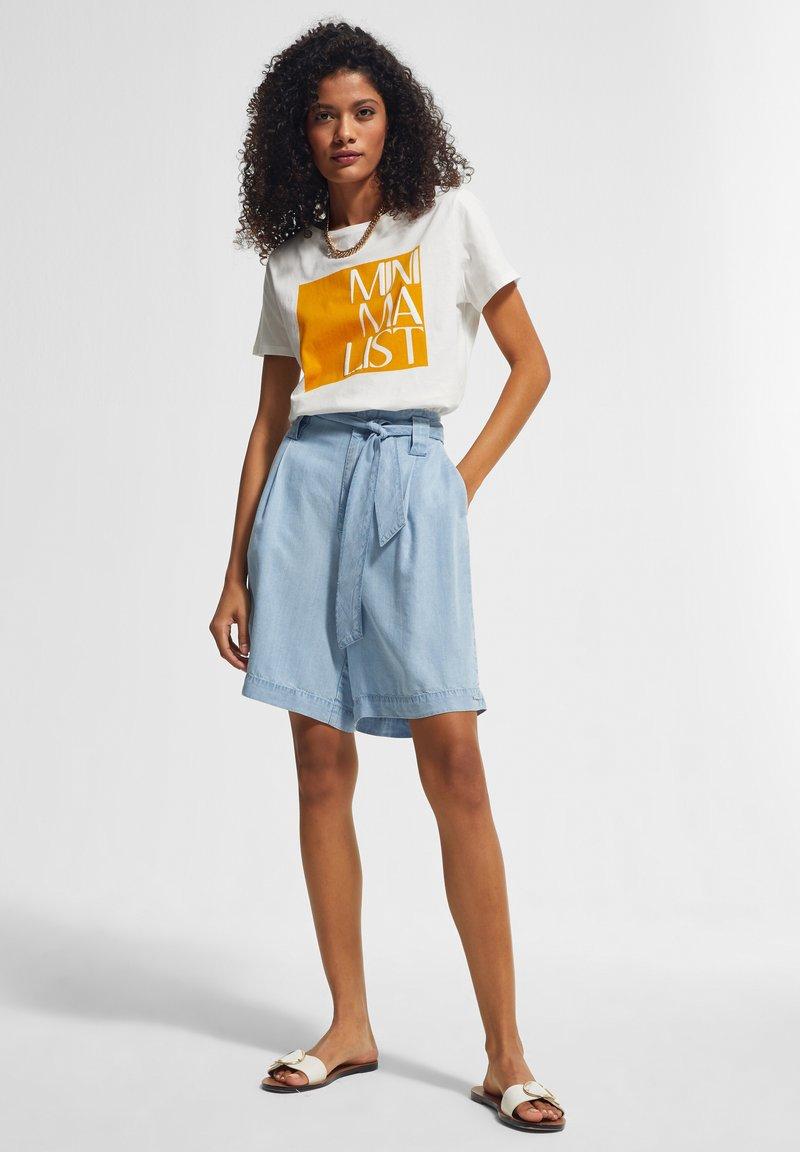 comma casual identity - KURZARM - Print T-shirt - white apricot minimalist