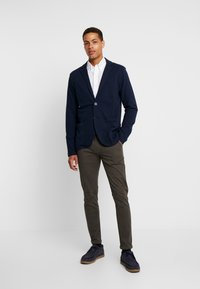 Lindbergh - CLASSIC WITH BELT - Chinos - dark army - 1