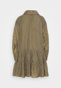 Glamorous - SMOCK DRESS WITH LONG SLEEVES - Robe d'été - olive/metallic gingham - 1