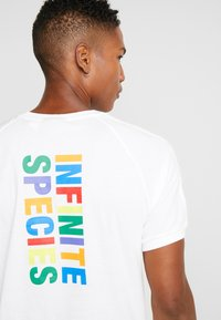 adidas Originals - PHARRELL WILLIAMS 3 STREIFEN TEE - T-shirts print - white - 5