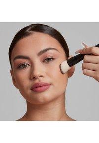 Nyx Professional Makeup - TOTAL CONTROL PRO DROP FOUNDATION - Foundation - medium olive - 4