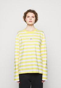 Holzweiler - HANGER STRIPED LONGSLEEVE UNISEX - Long sleeved top - yellow/white - 3