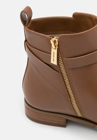 MICHAEL Michael Kors - FANNING BOOTIE - Classic ankle boots - luggage - 6