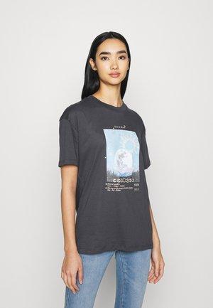 MYSTIC SUN AND MOON - Print T-shirt - black