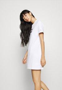 Tommy Jeans - LOGO TEE DRESS - Sukienka sportowa - white - 3
