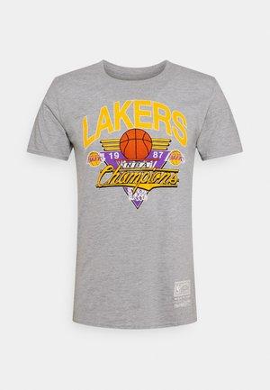 NBA LA LAKERS 1987 CHAMPIONS TEE - Klubové oblečení - grey