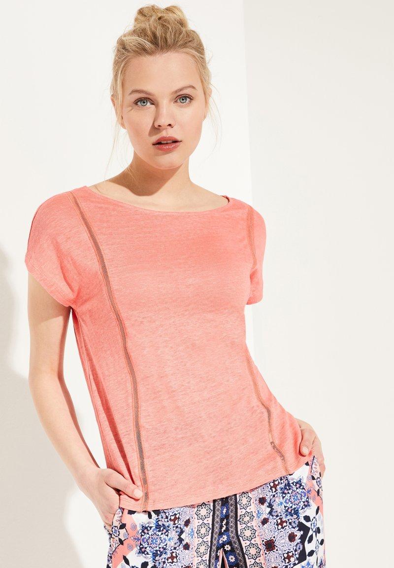 comma casual identity - MIT NETZ-EINSATZ - Print T-shirt - coral