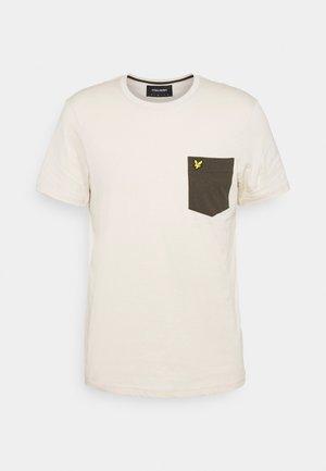 CONTRAST POCKET - T-shirt med print - sesame/trek green