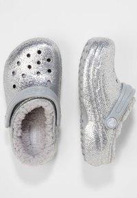Crocs - CLASSIC GLITTER LINED  - Drewniaki i Chodaki - silver - 1