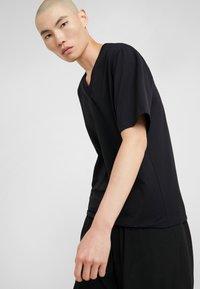 3.1 Phillip Lim - OVERSIZED BOXY VNECK TEE - T-shirt basique - black - 3