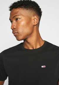 Tommy Jeans - TJM CLASSIC JERSEY C NECK - Basic T-shirt - black - 4