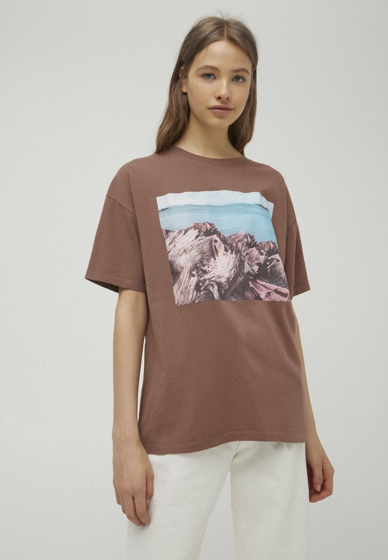 PULL&BEAR - T-shirt con stampa - mottled brown