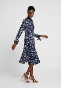 Apart - PRINTED DRESS - Robe d'été - midnightblue/cream - 1