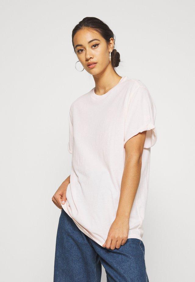LASH FEM LOOSE ROUND SHORT SLEEVE - T-shirts basic - light pink