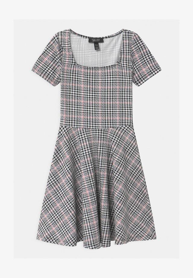 SKATER - Žerzejové šaty - pink