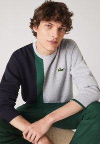 Lacoste - Sweatshirt - gris chine / bleu marine / vert - 3