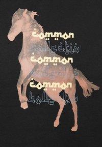 Common Kollectiv - HORSE HOOD UNISEX - Hoodie - washed black - 6