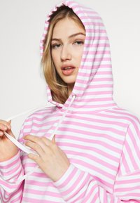 Tommy Jeans - STRIPE HOODIE - Sweat à capuche - pink daisy/white - 3